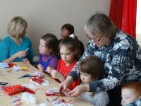 28 февраля в семейном воскресном читальном зале Центральной детской библиотеки состоялся семейный мастер-класс по изготовлению обрядовой куклы «Домашняя Масленица»